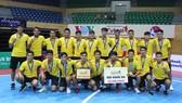 """CLB Sài Gòn của HLV Trung """"Núi"""" và trợ lí Tuấn Anh giành hạng 3 tại Cúp QG 2017"""