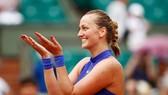 Petra Kvitova khoe... bàn tay mới