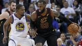 Kevin Durant (trái) và LeBron James trong một pha tranh chấp trên sân