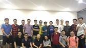 BLV Hoàng Nam (thứ 5 từ phải qua) và lớp đào tạo BLV đầu tiên