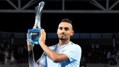 Nick Kyrgios nâng cao chiếc cúp vô địch Brisbane International