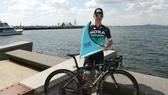 Jay McCarthy khoe chiếc cúp vô địch Cadel Evans Great Ocean