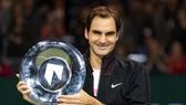 """Thắng danh hiệu thứ 97, Federer chào đón ngôi """"Nhà vua"""""""