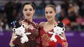 Alina Zagitova (phải) và người đồng hương giành HCB Evgenia Medvedeva