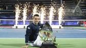 Roberto Bautista Agut và chiếc cúp vô địch Dubai