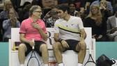 """Roger Federer (phải) và Tỷ phú Bill Gates ở sự kiện từ thiện """"Trận đấu vì châu Phi"""""""