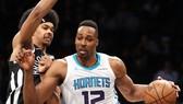 Dwight Howard (phải) tỏa sáng, giúp Hornets thắng Nets