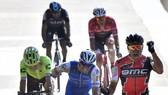 Greg van Avermaet (phải) đăng quang Paris-Roubaix 2017 một cách ngoạn mục