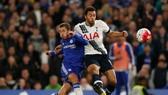 Hazard (trái) luôn tỏa sáng khi đối đầu với Tottenham