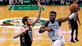 Jaylen Brown (phải) của Celtics trong một pha tấn công trên rổ