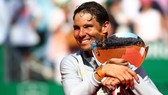 Rafael Nadal và chiếc cúp vô địch Monte Carlo Masters 2018