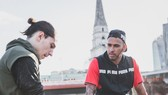 Lewis Hamilton (phải) và Hector Bellerin của Arsenal