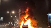 Chiếc xe buýt chở các cầu thủ Red Star đang bốc lửa