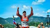 Jorge Lorenzo ăn mừng chiến thắng