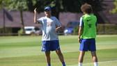 HLV Sarri đang làm việc với David Luiz trong 1 buổi tập gần đây