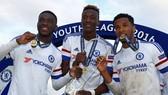 Fikayo Tomori (trái) thắng UEFA Youth League cùng với đội trẻ Chelsea hồi năm 2016