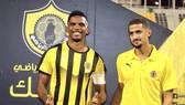 Samuel Eto'o (trái) ra mắt trong màu áo Qatar SC