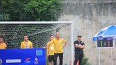 """""""Coach"""" Louis Nguyễn đang """"lược trận"""" cho Nghiêm Phạm Holdings ở Vòng play-off SPL - S3 vừa qua (ảnh: Đình Thảo)"""