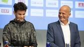 Ông Straka (phải) đã thuyết phục được Djokovic tham gia Vienna Open 2020