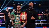 """Errol thắng thêm đai WBC """"bác sĩ"""" sau khi bảo vệ đai WBC và IBF hạng bán trung"""