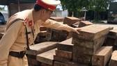 Gần 11m3 gỗ gụ lau xẻ được Trạm CSGT Quảng Xương phát hiện