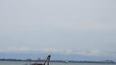 Sà lan tiếp cận tàu bị nạn, chuẩn bị công tác trục vớt. ảnh: VIETNAM MRCC