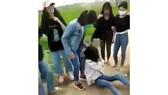 Nhóm nữ sinh thay nhau đánh em L.T.L. .Ảnh cắt từ clip
