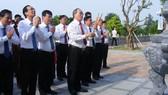 Đồng chí Bí thư Thành ủy TPHCM và đoàn công tác dâng hương tại Đền Chung Sơn