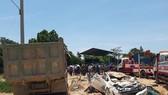 Xe tải chở đất đè bẹp ô tô con, 3 người chết, 1 người bị thương