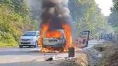 Ô tô 7 chỗ bất ngờ cháy rụi trên đường Hồ Chí Minh