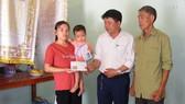 Báo SGGP trao tiền cứu đôi mắt cho bé 2 tuổi tại Thanh Hóa