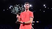 Khachanov và chiếc cúp vô địch Paris Masters