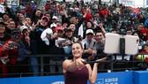 Aryna Sabalenka chia sẽ niềm vui vô địch với các khán giả