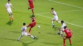 Các cầu thủ CHDCND Triều Tiên (áo trắng) phòng thủ trước một pha tấn công của Lebanon