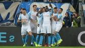 Mario Balotelli ăn mừng kiểu tự sướng qua điện thoại cùng các đồng đội của mình