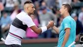 Nick Kyrgios bắt tay Philipp Kohlschreiber sau khi bị loại khỏi Indian Wells