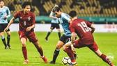 Lodeiro (Uruguay) đi bóng giữa 2 cầu thủ Thái Lan