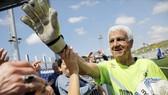 Cụ ông Isaak Hayik, 73 tuổi vẫn bắt bóng