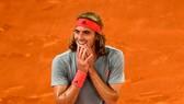 Tsitsipas là người thứ 3 đánh bại Nadal trên mặt sân đất nện mùa này