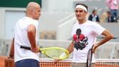 Federer nói chuyện với HLV Ljubicic ở sân Philippe Chatrier
