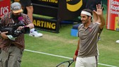 Roger Federer chào các khán giả ở Gerry Weber Stadion
