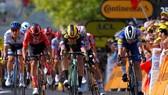 """Van Aert rút thắng hàng loạt """"hảo thủ"""" đua nước rút tốc độ ở đích đến"""