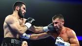 Beterbiev đấm méo mặt đối thủ