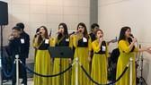 Ban nhạc ca những bài ca chúc mừng Giáng sinh ở sân bay
