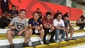 Thầy Park trên khán đài sân Rizal Memorial với người hâm mộ Việt Nam