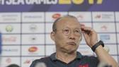 Thầy Park bất ngờ trước câu hỏi của phóng viên Trung Quốc (Ảnh Dũng Phương)
