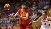 Tuyển bóng rổ nữ Trung Quốc (áo đỏ) gặp khó vì virus Corona