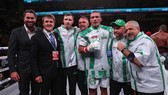 Oleksandr Usyk và đội hỗ trợ của anh này (ông bầu Eddie Hearn đứng ngoài cùng bên trái)