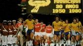 Tuyển Liên Xô và tuyển Brazil bước vào sân Maracana