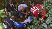 Đội ngũ y tế tiếp cận Evenepoel khi anh đang nằm dưới khe núi
